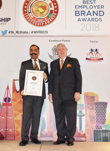 puneet-baijal-with-leon-larkin-gcc-best-employer-award-min.jpg